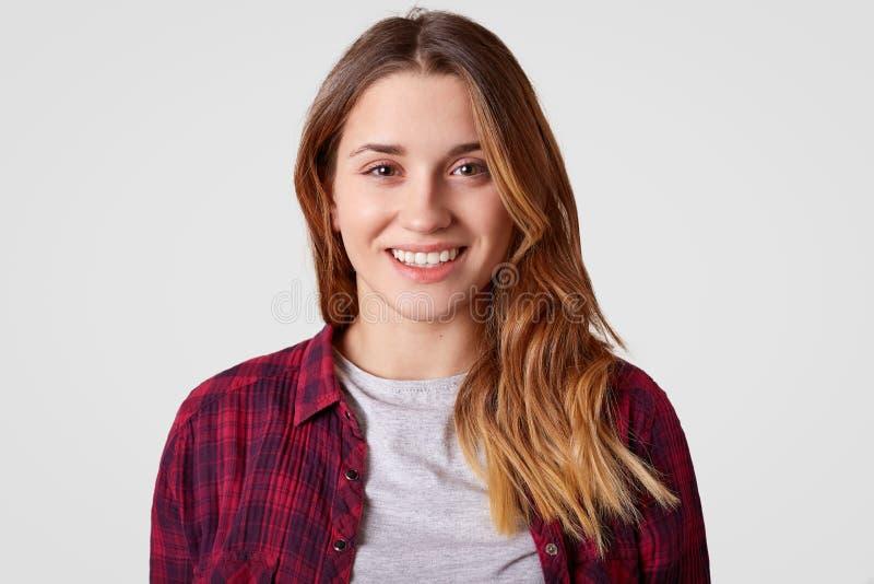 Zamyka w górę strzału rozochocona kobieta z, atrakcyjnego pojawienie, jest ubranym przypadkowych ubrania długie włosy, toothy uśm fotografia stock