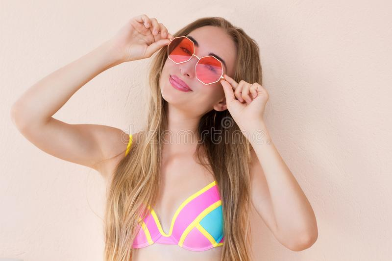Zamyka W górę Szczęśliwej dziewczyny w różowych okularach przeciwsłonecznych odizolowywających Wakacje letni i zabawa czasu weeke fotografia stock
