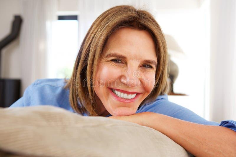 Zamyka w górę szczęśliwej starej kobiety ono uśmiecha się w domu obrazy stock