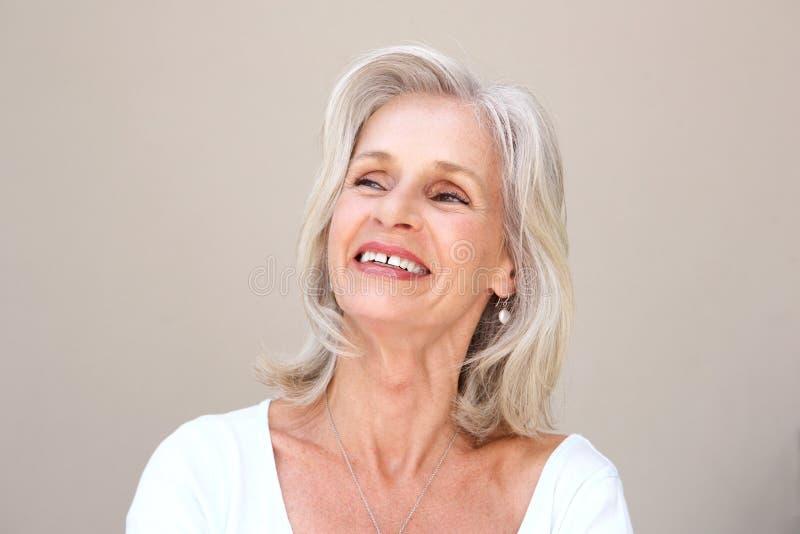 Zamyka w górę szczęśliwy starszy kobiety ono uśmiecha się zdjęcia stock