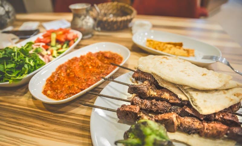 Zamyka w górę szczegółowego widoku piec na grillu wyśmienicie Turecki wątrobowy shish kebab zdjęcia royalty free