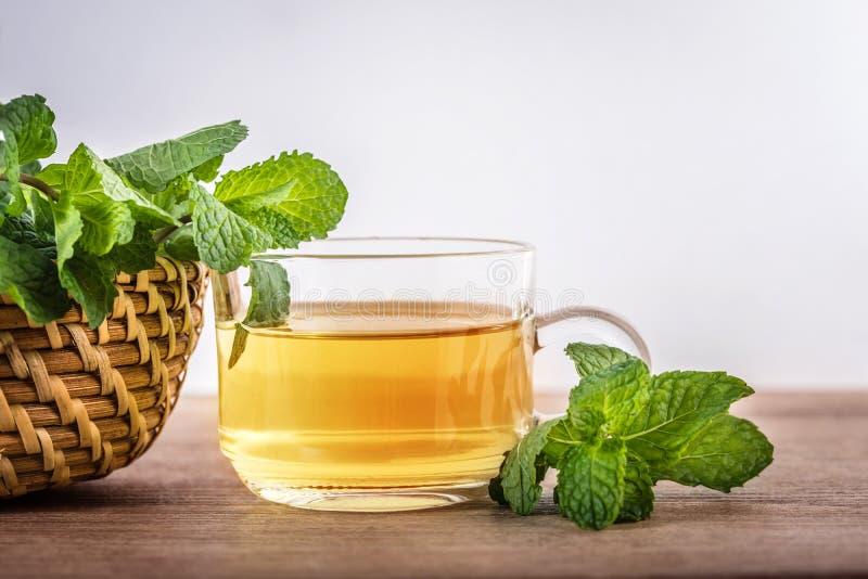 Zamyka w górę szklanej filiżanki nowa herbata z zielonym świeżym miętowym lea obraz stock