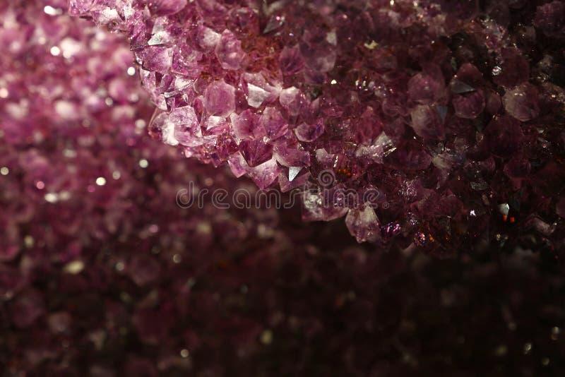 Zamyka w górę tła purpurowi ametystowi kryształy zdjęcia stock