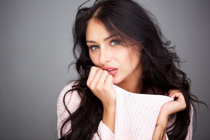 Zamyka w górę tajemniczego pięknego kobiety mienia puloweru obraz royalty free