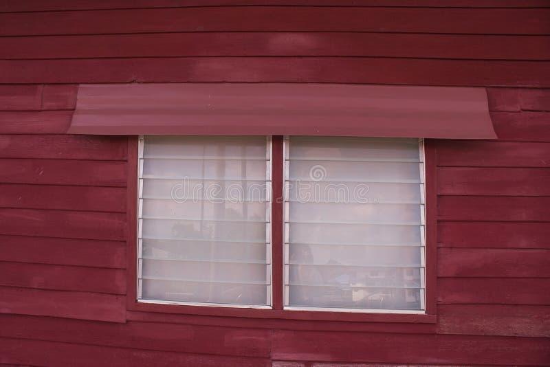Zamyka w górę tradycyjnego drewnianego okno z szklaną żaluzją drewniany dom w Tajlandzkim stylu obraz royalty free