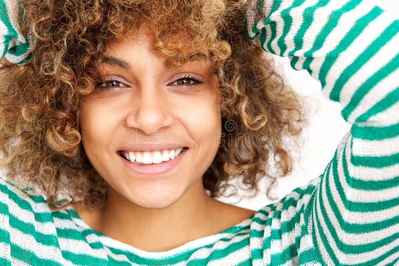 Zamyka w górę twarz amerykanina afrykańskiego pochodzenia kobiety szczęśliwy młody ono uśmiecha się zdjęcie royalty free