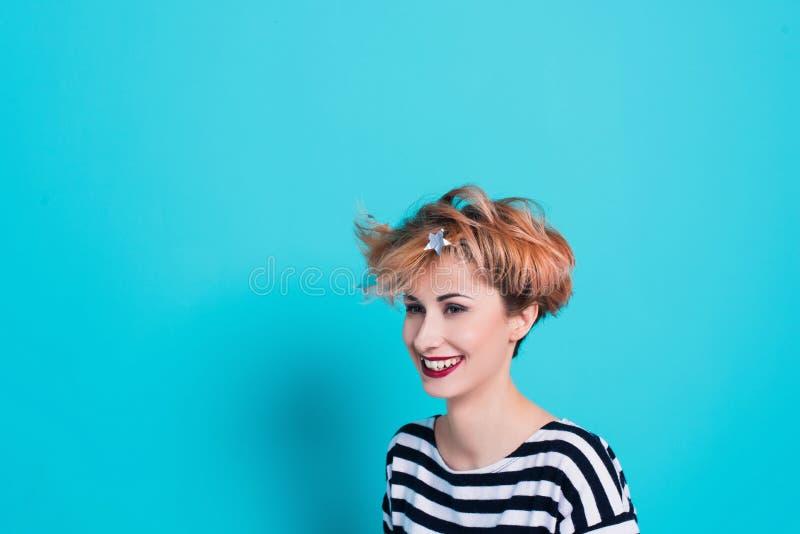 Zamyka w górę twarz portreta śmieszna emocjonalna uśmiechnięta młoda kobieta zdjęcie stock