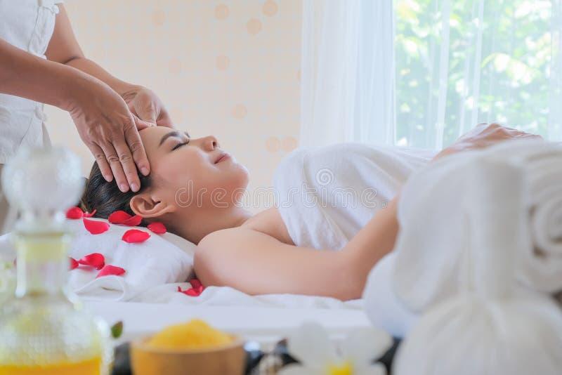 Zamyka w górę twarzy kobiet w zdroju twarzowym traktowaniu kobieta luksusowy pokój i przyjemności piękna emocjonalna terapia rela obrazy royalty free