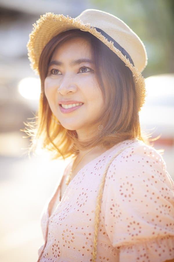 Zamyka w górę twarzy pięknej azjatykciej kobiety toothy uśmiechnięta twarz z zdjęcia royalty free