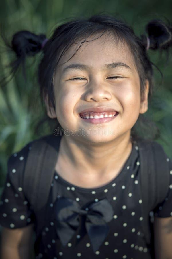 Zamyka w górę twarzy uroczych azjatykcich dzieci śmieszna emocja obraz stock