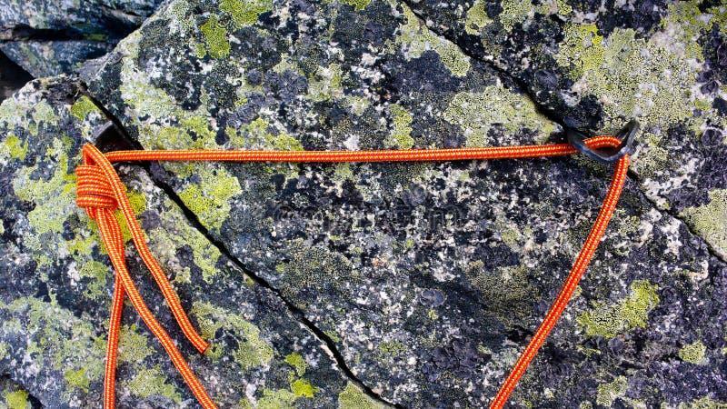 Zamyka w górę voew tradycyjna belay postawa w granit skale w południowych Szwajcarskich Alps obrazy stock
