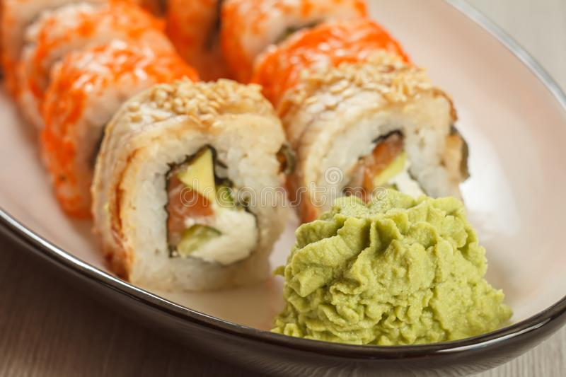 Zamyka w górę wasabi i suszi rolek - Uramaki z Conger, Uramaki C obrazy royalty free