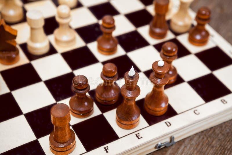 Zamyka w górę widoków szachowych kawałków na drewnianej desce obraz stock