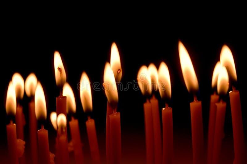 Zamyka w górę widoku świeczki pali jaskrawy w zmroku obraz stock