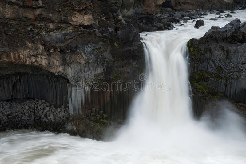 Zamyka w górę widoku Aldeyjarfoss bazalta i siklawy formacje ar obrazy stock
