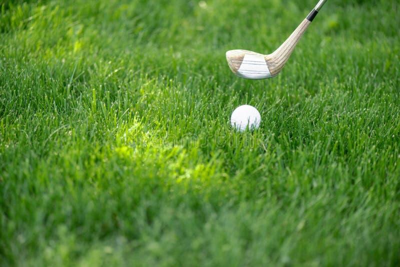 zamyka w górę widoku biały klub i piłka golfowa obraz royalty free