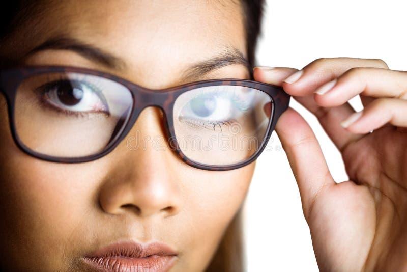 Zamyka w górę widoku bizneswoman trzyma jej eyeglasses zdjęcie stock