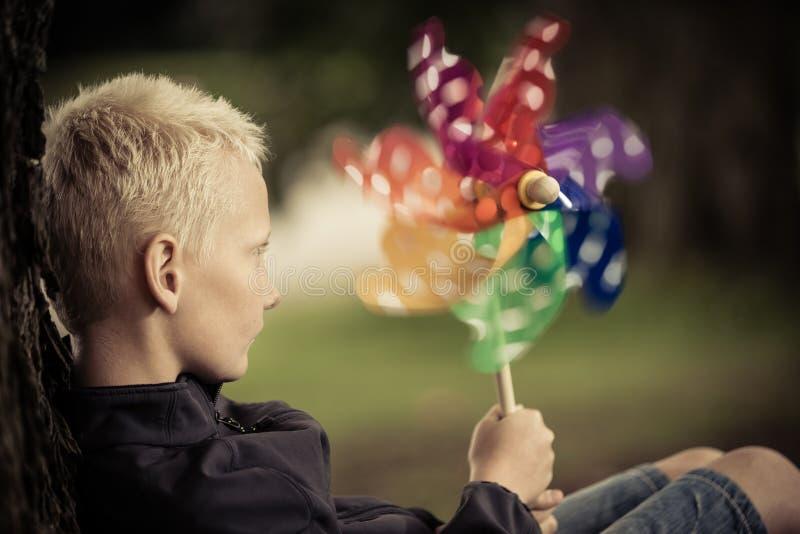 Zamyka w górę widoku blond dziecka mienia wiatraczek obrazy stock
