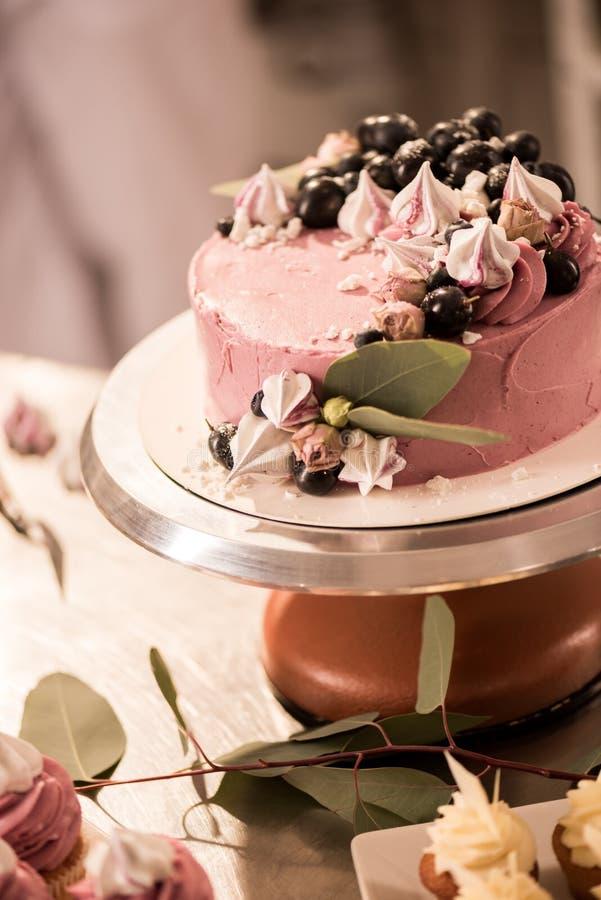zamyka w górę widoku cukierki tort na torta stojaku zdjęcia royalty free