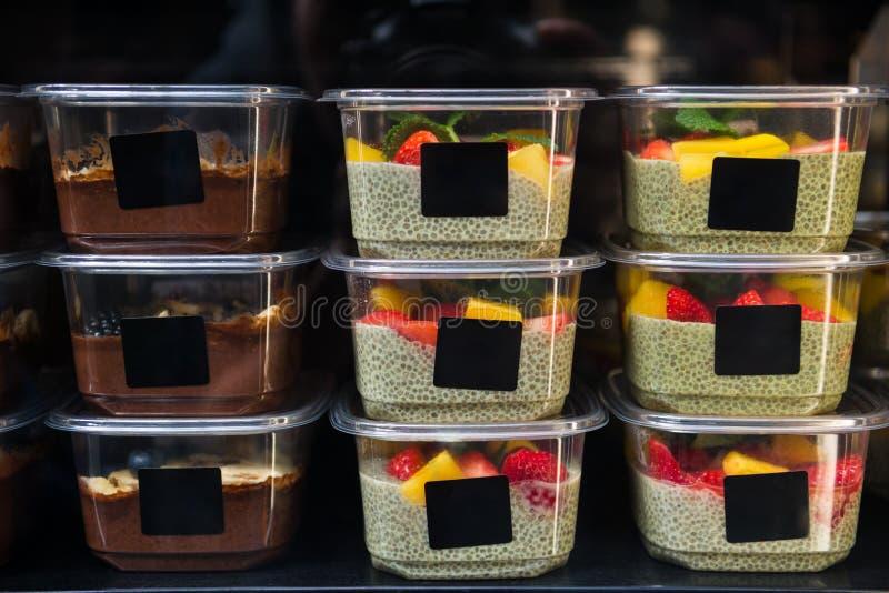 zamyka w górę widoku czekolada i desery z chia ziarnami obraz stock