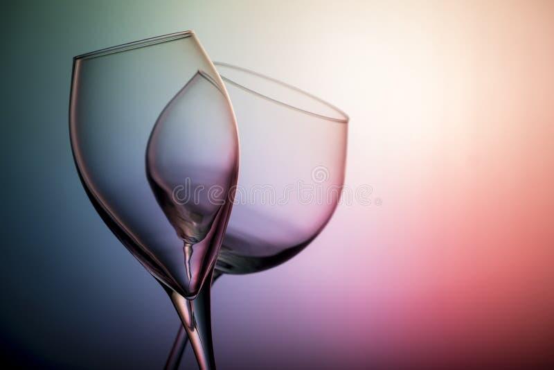 Zamyka w górę widoku dwa wyrównującego pustego szkła odizolowywającego na neonowym tle wino zdjęcia stock