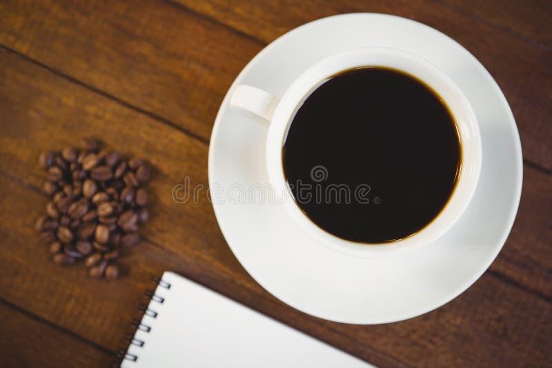 Zamyka w górę widoku filiżanka kawy i notepad zdjęcia royalty free