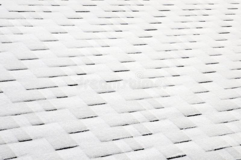 Zamyka w górę widoku na Asfaltowego dekarstwa gontów tle Dachowi gonty - dekarstwo Dachowi gonty zakrywający z mrozem fotografia stock