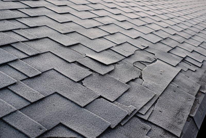 Zamyka w górę widoku na Asfaltowego dekarstwa gontów tle Dachowi gonty - dekarstwo Gontu dachu szkoda zakrywająca z mrozem fotografia royalty free
