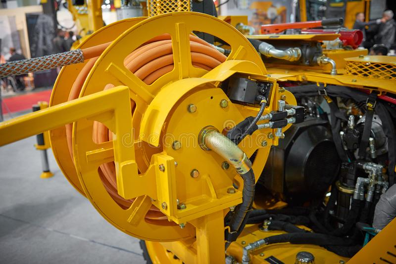 Zamyka w górę widoku na nowej żółtej lotniczego kompresoru maszynie dla przemysłu wydobywczego na wystawa stojaku Bęben z gumowym obrazy stock