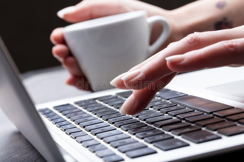 Zamyka w górę widoku ręka żeńska maszynistka zdjęcia royalty free