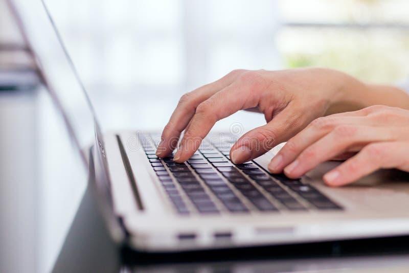 Zamyka w górę widoku ręki nad laptopem fotografia stock