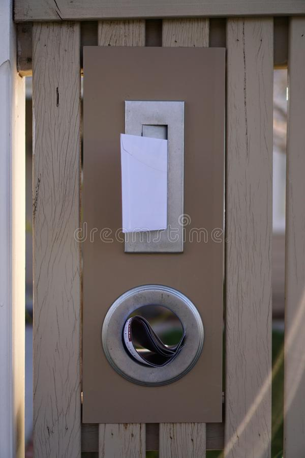 Zamyka w górę widoku skrzynka pocztowa z niektóre poczta zdjęcie stock