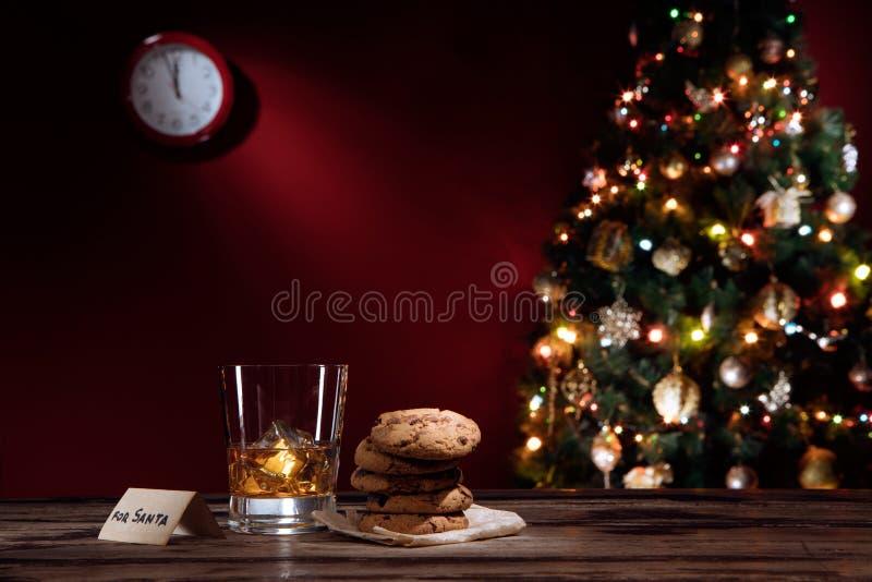 Zamyka w górę widoku szkło whisky z ciastkami na kolorze z powrotem obrazy royalty free