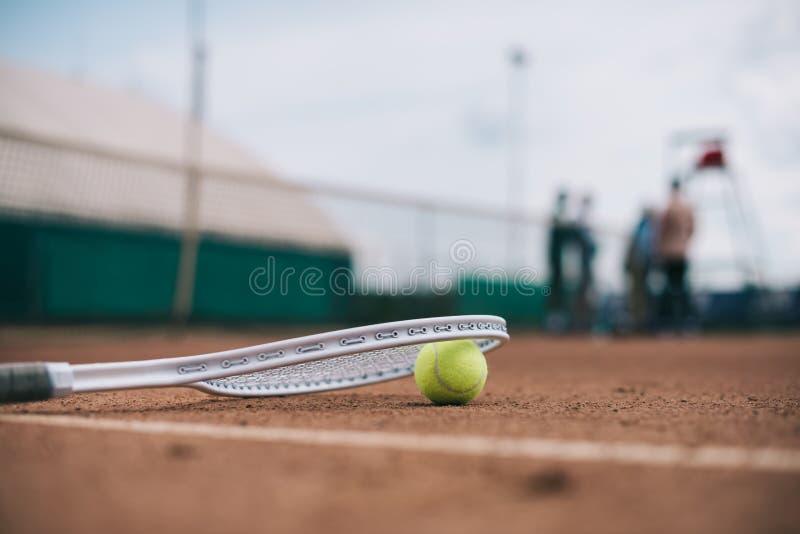 zamyka w górę widoku tenisowa piłka i racquet na sądzie zdjęcie stock