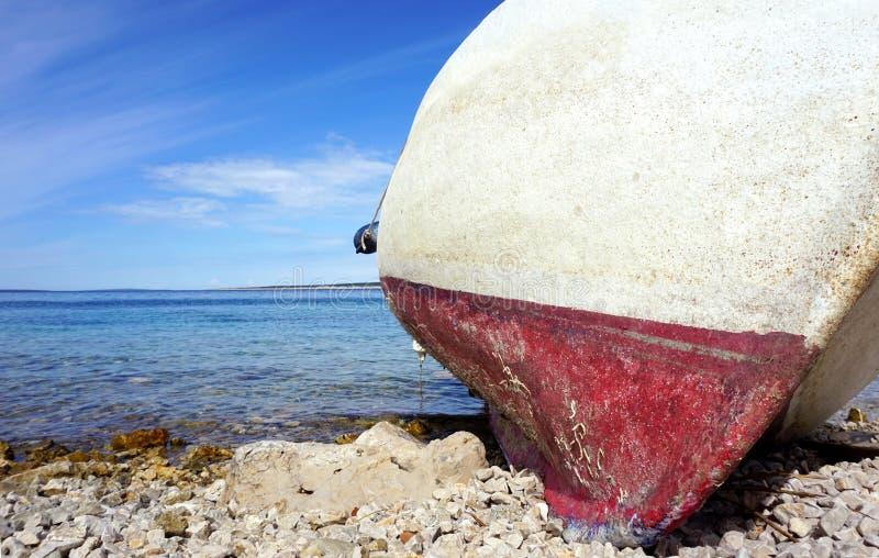 Zamyka w górę widoku tonącego na otoczak plaży w Adriatyckim morzu stara łódź zdjęcie stock