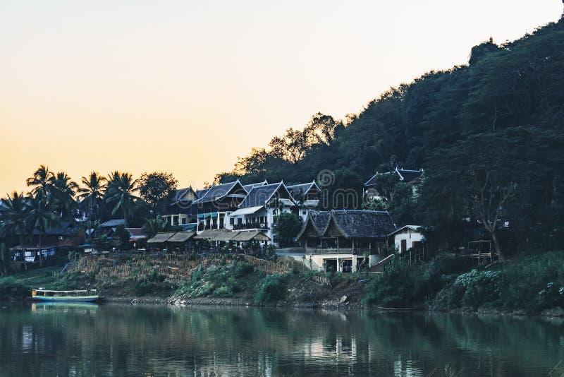 Zamyka W g?r? widoku Tradycyjnego Lao Rzeczny miasteczko z Drewnian? architektur? i ?odzi? ryback? Ma?a Daleka wioska w Zwartej d zdjęcia stock
