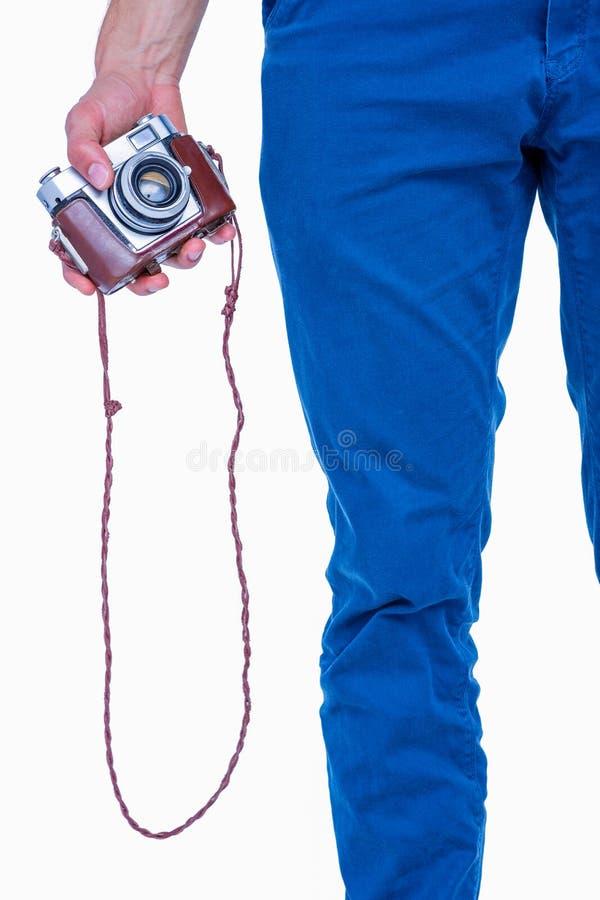 Zamyka w górę widoku trzyma retro fotografii kamerę mężczyzna ręka obraz stock