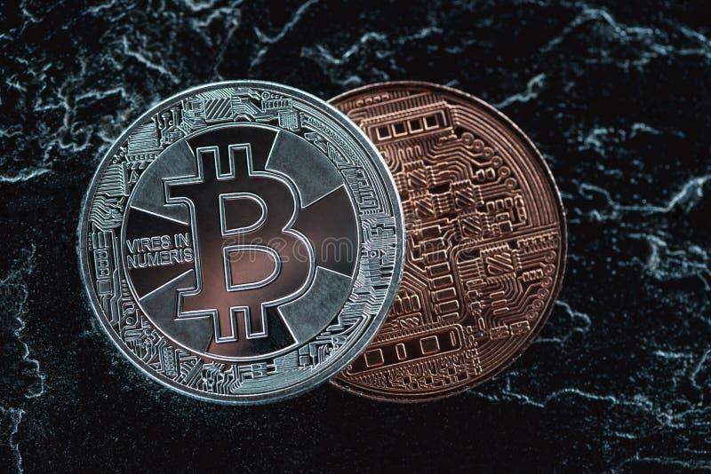 zamyka w górę widoku ustaweni srebni i brązowi bitcoins na zmroku zdjęcie royalty free