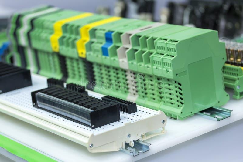 Zamyka w górę wiele typ nowej próbki elektronicznego włącznika lub nasadkę dla przemysłowego zdjęcia stock