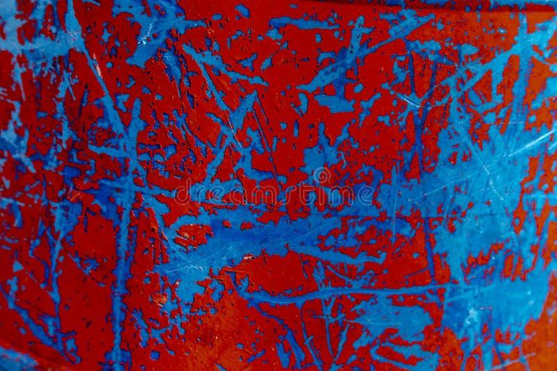 Zamyka w górę wietrzejącego malującego czerwonego i błękitnego metalu obraz stock