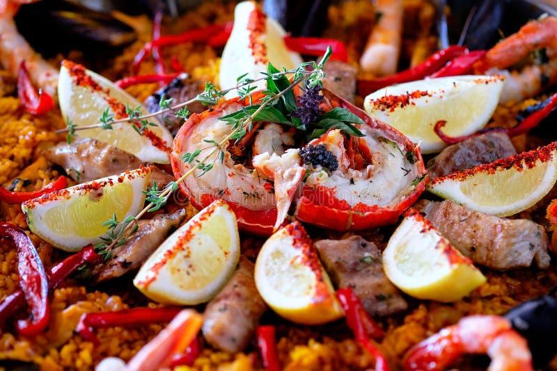 Zamyka w górę wizerunków dojrzałych składników przygotowany słuzyć paella hiszpańską tradycyjną kuchnię krajem, jaskrawi kolory zdjęcie royalty free