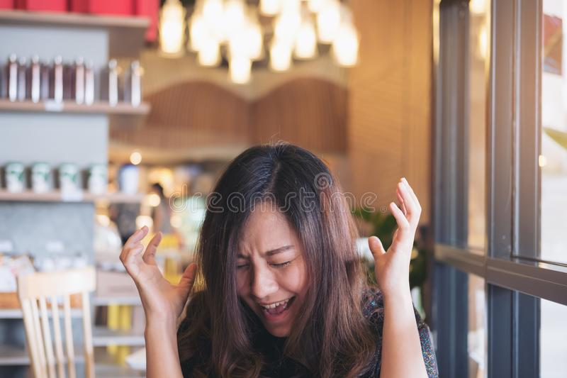 Zamyka w górę wizerunku Azjatycki kobiety zakończenie ona i krzyczy z czuć gniewny oczy obrazy royalty free