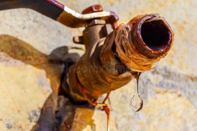 Zamyka w górę wizerunku kropla wodny obcieknięcie od ośniedziałego klepnięcia obrazy royalty free