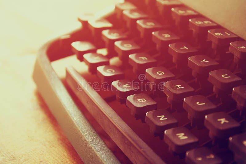 Zamyka w górę wizerunku maszyna do pisania klucze Rocznik filtrujący Selekcyjna ostrość obraz stock
