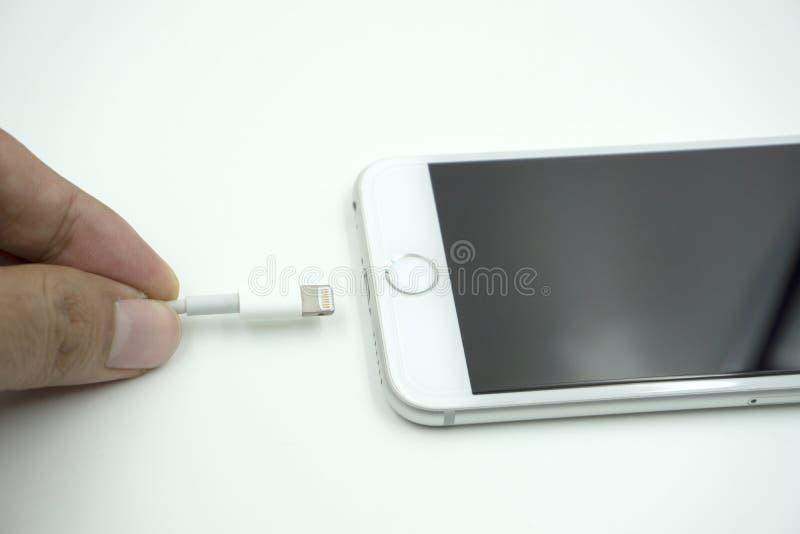 Zamyka w górę wizerunku nowy jabłczany iphone 6s z ładuje cabl fotografia stock