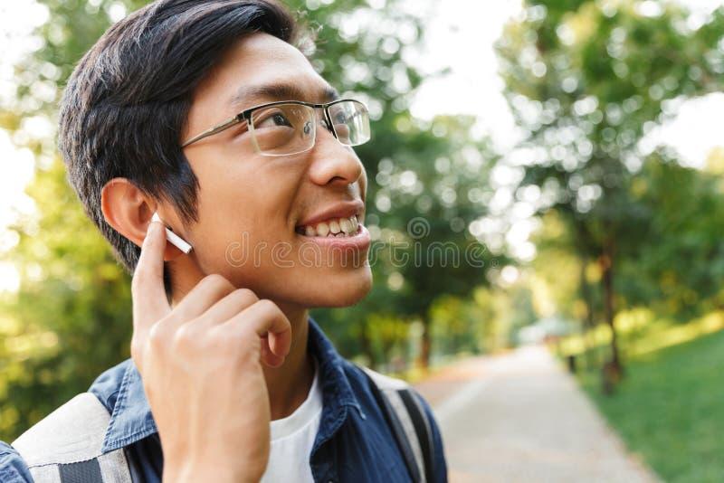 Zamyka w górę wizerunku Szczęśliwy azjatykci męski uczeń w eyeglasses zdjęcie royalty free