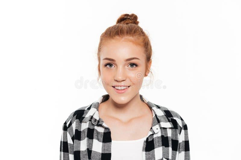 Zamyka w górę wizerunku uśmiechnięta imbirowa kobieta w koszula fotografia stock