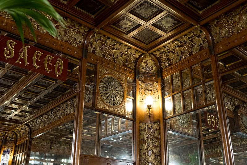 Zamyka w górę wnętrza historyczny sklep z kawą, Cukierniany Mulassano, Turyn Włochy Kawiarnia dekoruje w sztuki Nouveau stylu fotografia royalty free