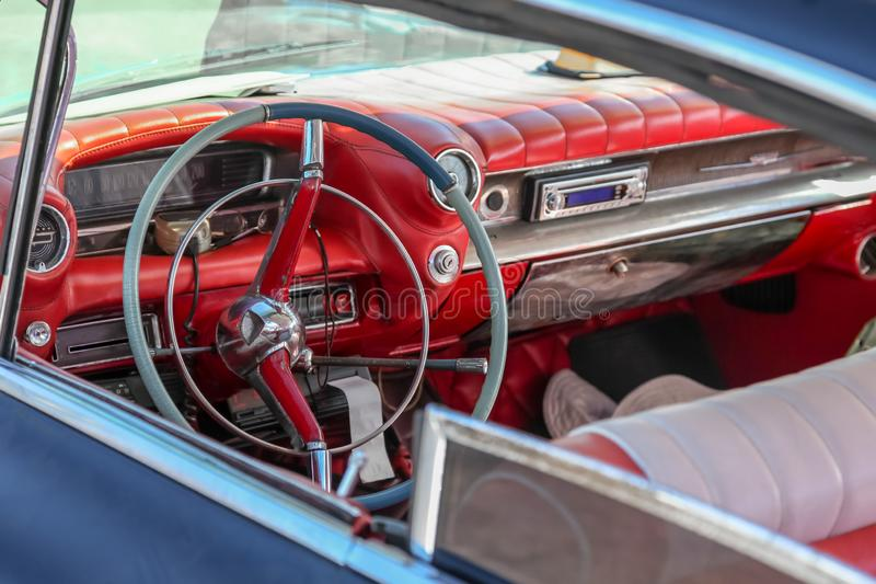Zamyka w górę wnętrza klasyczny retro, rocznik samochód/, kierownica zegar, deska rozdzielcza, szybkościomierz zdjęcie royalty free