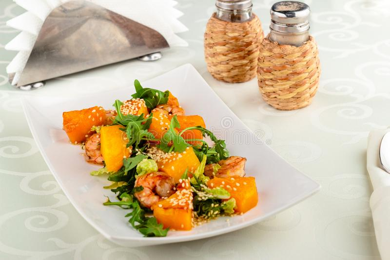 Zamyka w górę wyśmienicie Caesar sałatki z garnelą, pomidor, warzywo, kukurydzana sałatka, szpinak, świeża mennica, bania, słońce fotografia stock